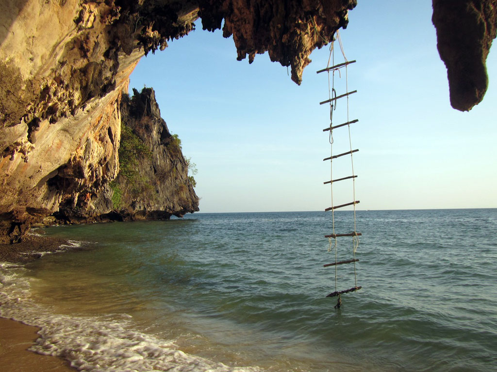 Camping thailand beach - Rope ladder start on climb at Koh Laoliang