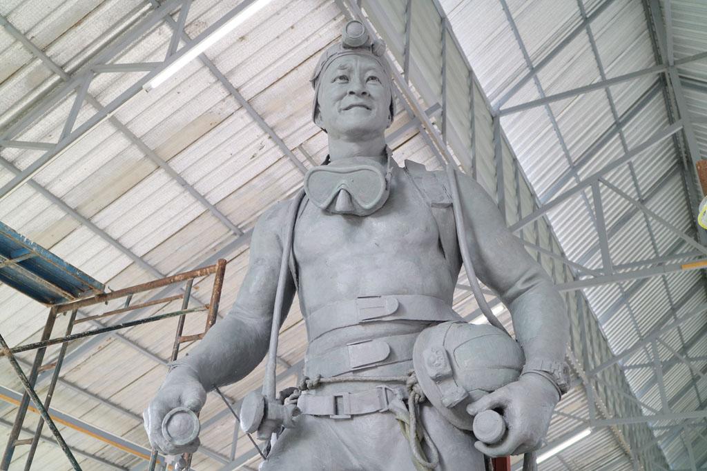 Chiang Rai White Temple Tham Luang statue_4849